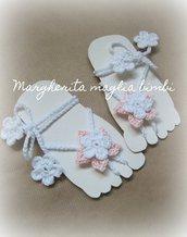 Sandali piedi nudi bimba/neonata - fiore bianco e rosa - decorazione piede bambina - Battesimo