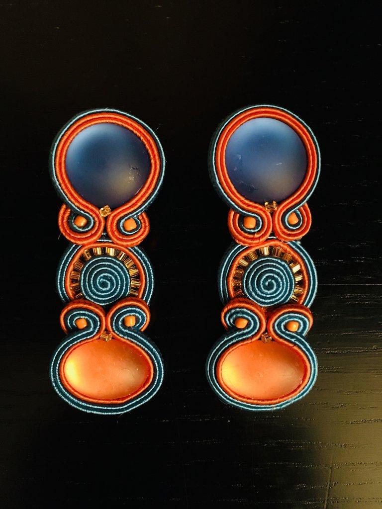 Lunghi orecchini soutache arancio e azzurro