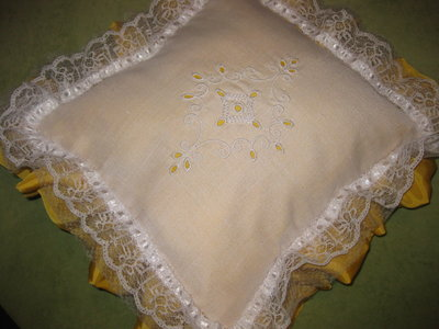 Cuscino bianco e giallo