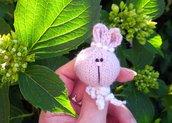 Spilla  a maglia Coniglietta Amigurumi