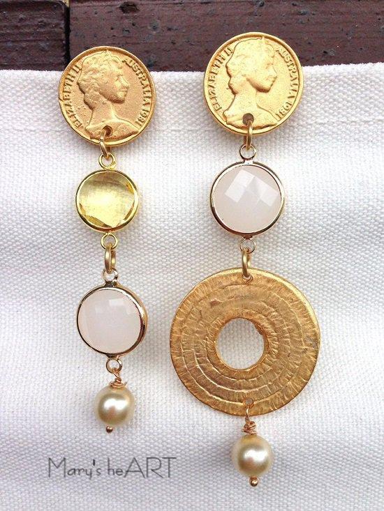 Orecchini pendenti con perni in zama a forma di monete, cristalli, perle coltivate ed elemento in zama