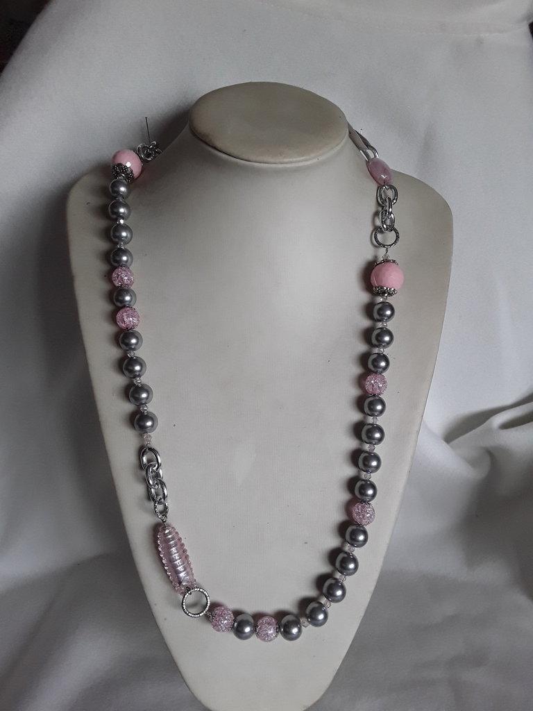 Collana lunga grigia e rosa