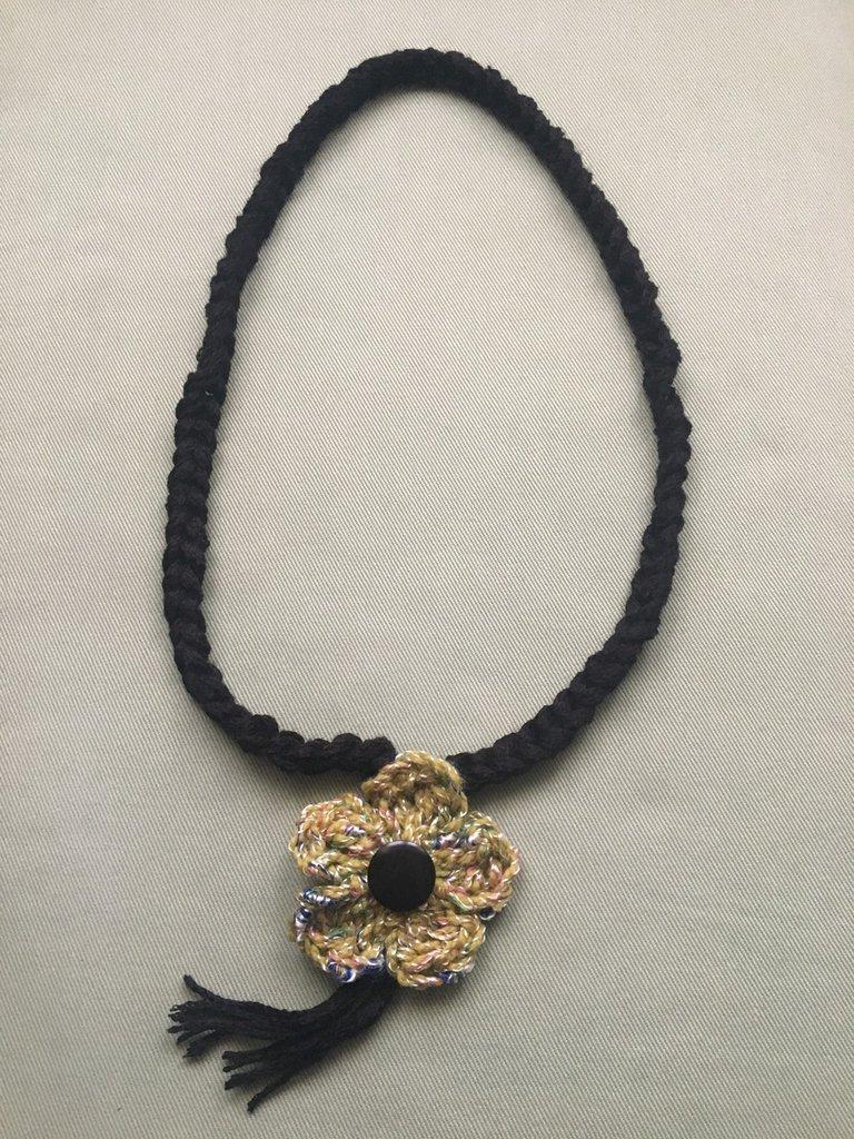 Collana filo nero con fiore verde