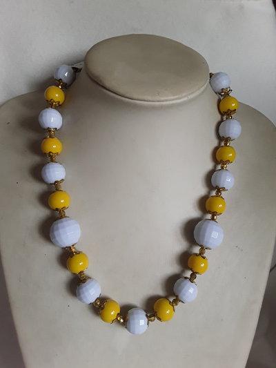 Collana corta bianca e gialla