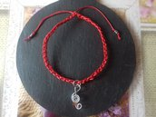 Braccialetto estivo rosso con charm a forma di chiave di violino e agata rossa