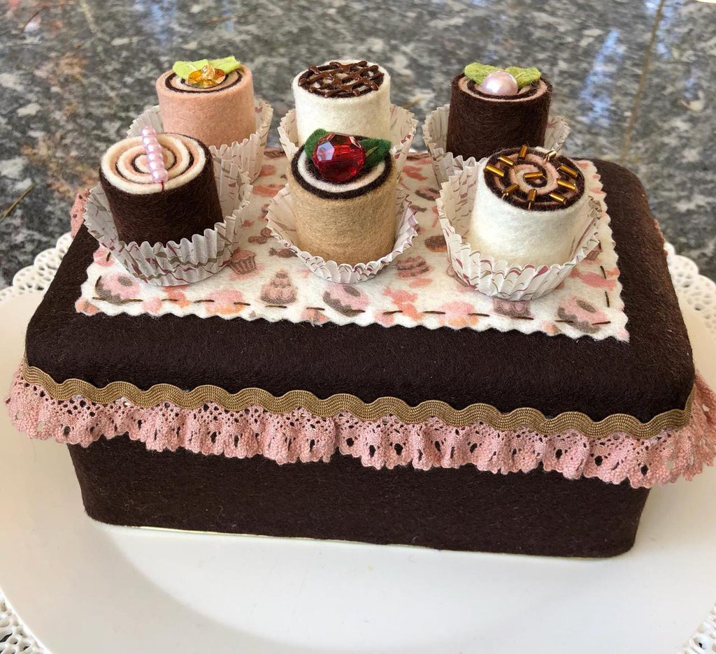 Scatola di latta rettangolare con cioccolatini di feltro