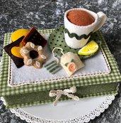 Scatola porta bustine di the, decorata con biscotti e tazza di feltro