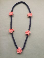 Collana - bracciale filo blu avio e fiori rosa salmone