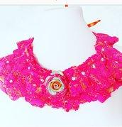 Collana di tessuto macramè fuxsia con rosa e strass