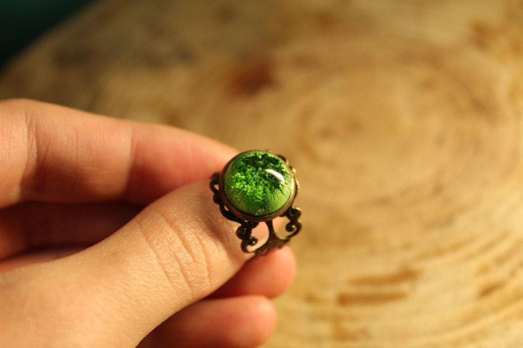 Anello regolabile in resina colorata.