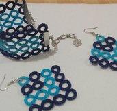 Bracciale e orecchini a cerchi blu e azzurri