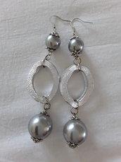 Orecchini con perle grigie