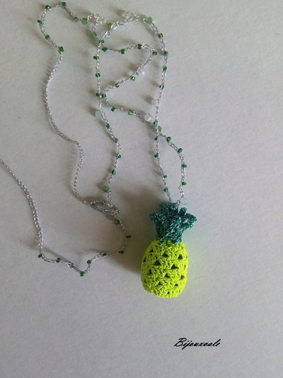 Collana crochet  all' uncinetto con pendente a forma di ananas, cristalli bianchi e verdi