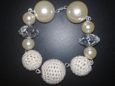 bracciale uncinetto bianco, perle e cristalli