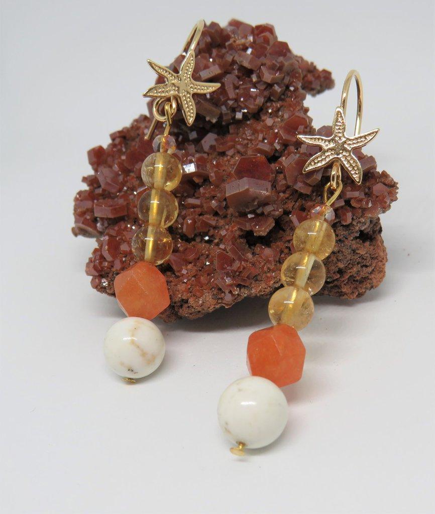 Orecchini pendenti in argento placcato oro e pietra dura Corniola, Citrino e Howlite, fatti a mano