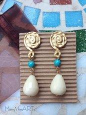 Orecchini pendenti con perni in zama, pietre dure e perle in pasta di turchese