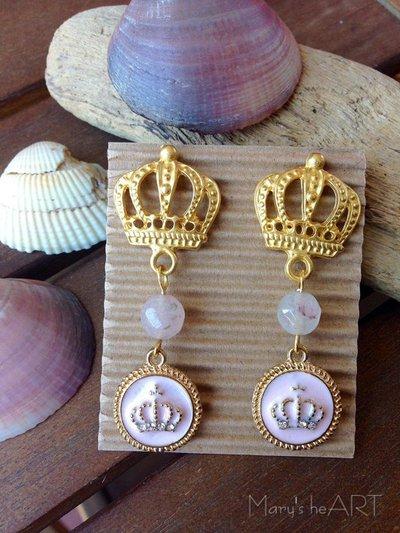 Orecchini pendenti con perni a corona in zama, agate rosa e ciondoli smaltati