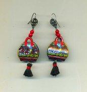 Orecchini pendenti con borsetta e pupi siciliani nei toni del rosso e del nero