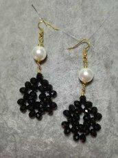 Orecchini Pendenti cristalli Neri Perle Bianche Colore Oro Fatti a mano swarovski