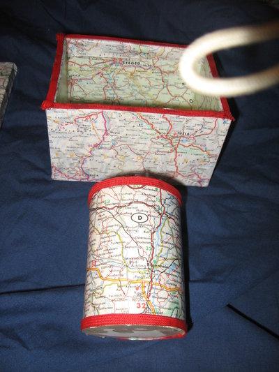 vari oggetti con mappe