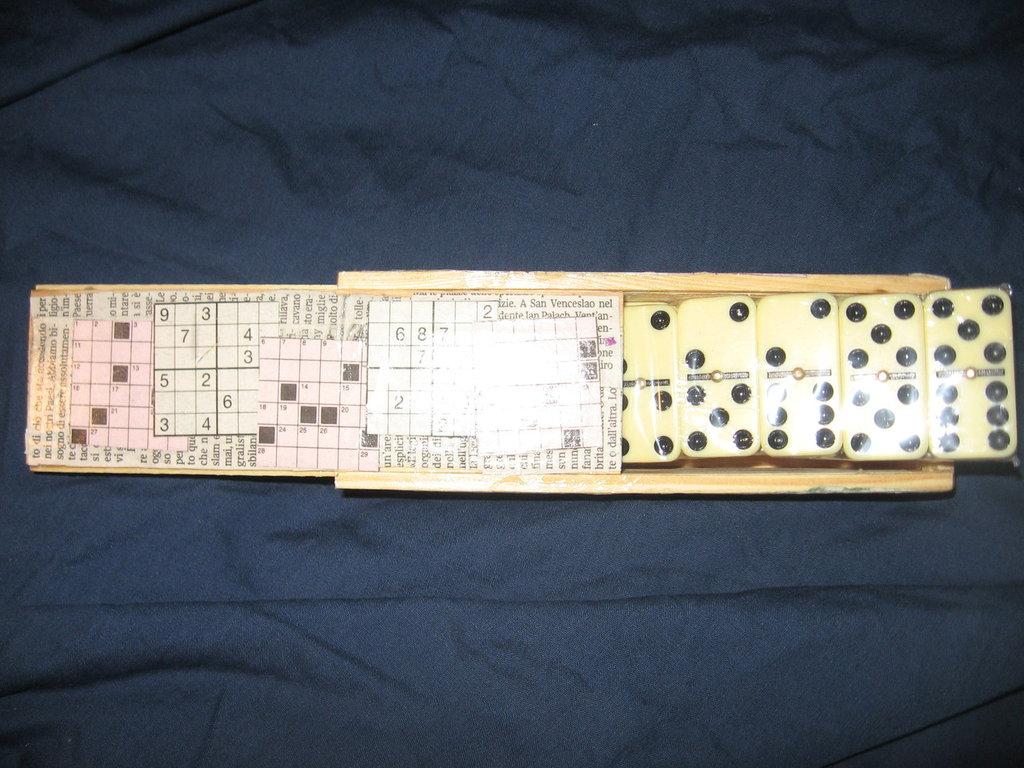 scatola domino con gioco all'interno