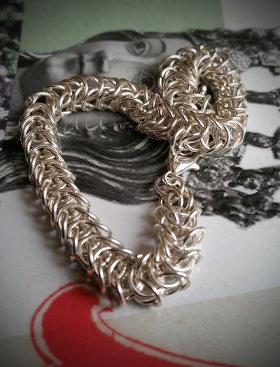 Bracciale maglie Queen's Link Chain colore argento lavorate con la tecnica chainmaille