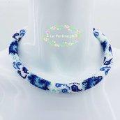 Bellissima collana con gli fiori blu