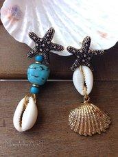 Orecchini pendenti con perni a stella in zama, vere conchiglie e perle in pasta di turchese