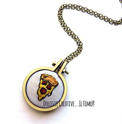 Collana Ciondolo legno ricamato - embroidery - fetta di pizza margherita con salame - idea regalo - handmade