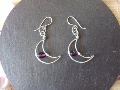 Orecchini wire a forma di luna con perline viola