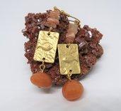 Orecchini pendenti in acciaio color oro, pesciolino in zama e pietra dura Avventurina e pietra di luna, fatti a mano