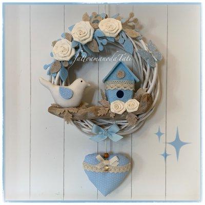 Fiocco nascita in viticcio con rametto spiaggiato, nido ed uccellino in bianco e azzurro