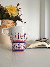 Tazza di ceramica bianca dipinta con mandala