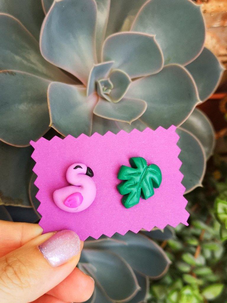 Orecchini da lobo con fenicottero rosa e monstera in fimo, gioielli fenicottero per regalo amica, regalo fenicottero, gioielli esotici