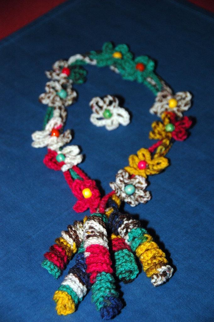 Collana di lana a fiori ad uncinetto