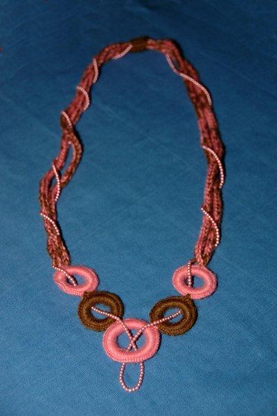 Collana di lana ad uncinetto con anelli e perline