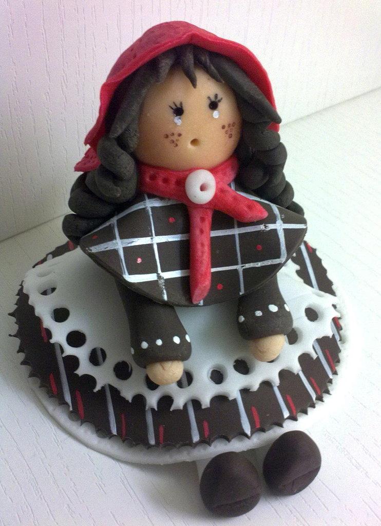 Bambolina con cappellino rosso
