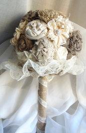 Shabby chic bouquet con fiori in lino pizzo e tela iuta