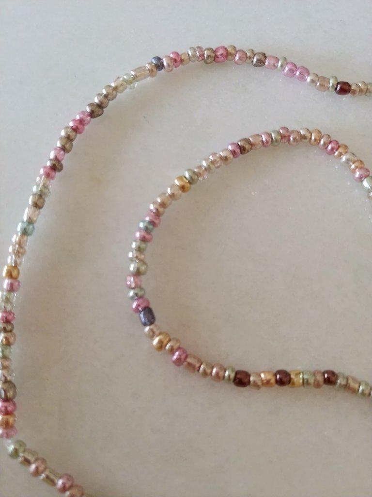 Collana con perline multicolore lucide adatta per ragazze e signore.
