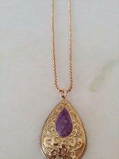 Catenina color oro con ciondolo lavorato a forma di goccia e smaltato color viola all'interno