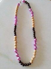 Originale collana girocollo realizzata con perle di legno e perle smaltate color lilla.