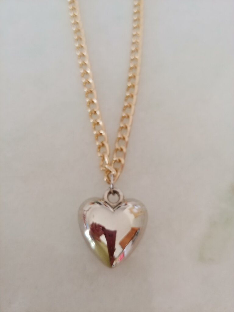 Collana realizzata a mano con catenella in metallo dorato con ciondolo a forma di cuore di color argento