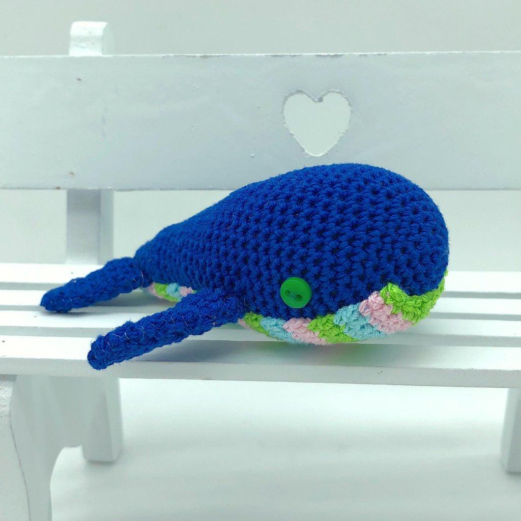 Balenottera blu con pancia colorata amigurumi fatta a mano all'uncinetto