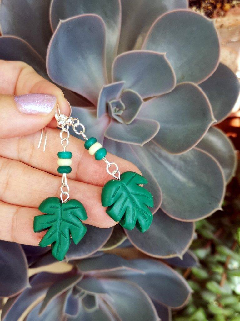Orecchini pendenti con foglia di monstera in fimo, gioielli natura per regalo amica, orecchini tropicali, gioielli esotici, orecchini estivi