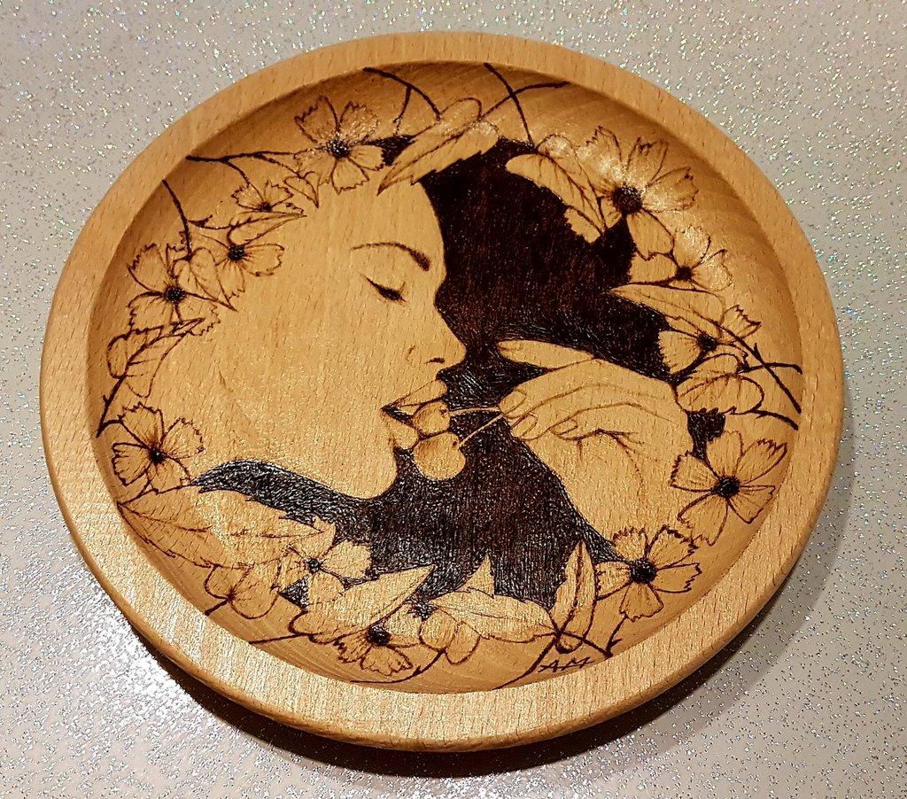 Piatto in legno. Decorazione
