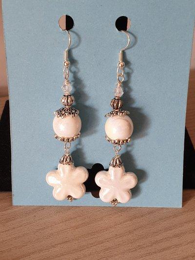Orecchini bianchi con fiore di ceramica