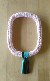 Collana girocollo ad uncinetto in fettuccia di cotone rosa cipria con ciondolo tessile nei colori tiffany e nero