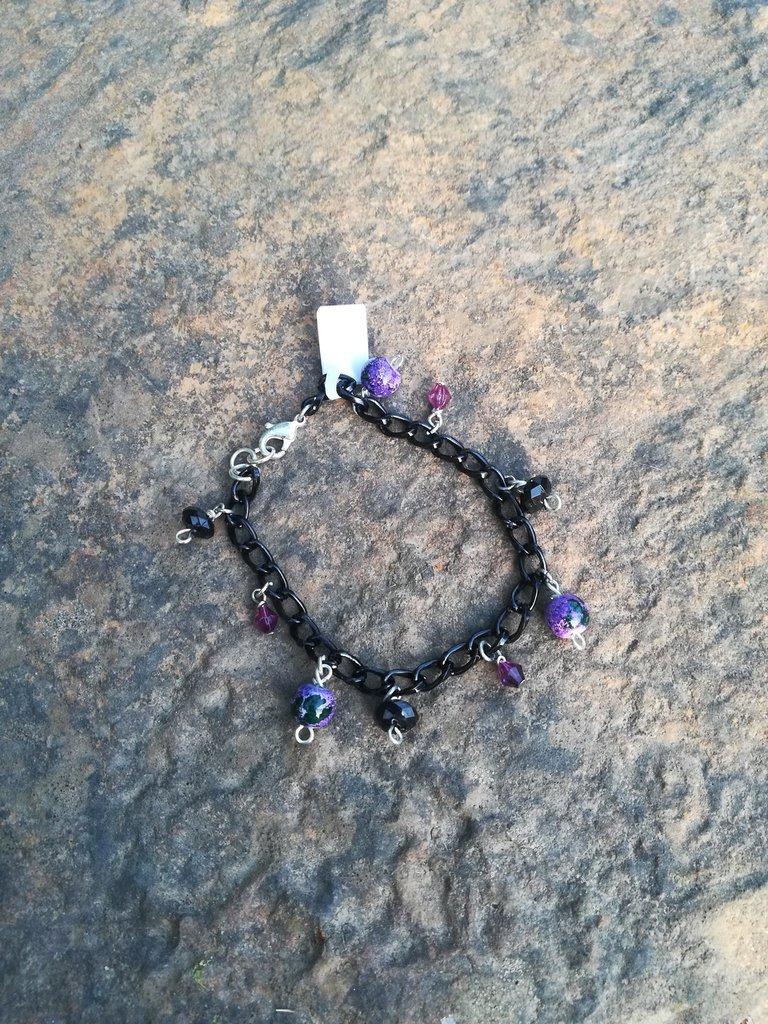 Bracciale nero con perline pendenti