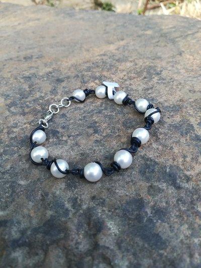 Bracciale nero con perle bianche