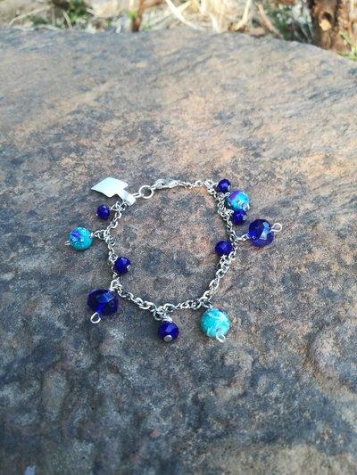 Bracciale argentato con perline pendenti blu e verde acqua